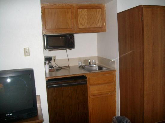 Econo Lodge: Kitchenette, Room 212, Pinecrest Inn