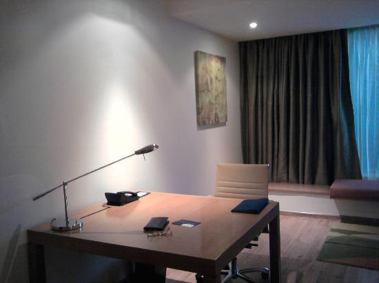 Radisson Blu Plaza Hotel Hyderabad Banjara Hills: Working table in room