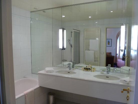 Hotel Du Centenaire: bathroom