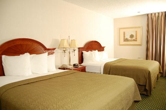 Quality Inn Rochester Airport: Two Queen Bed Guestroom