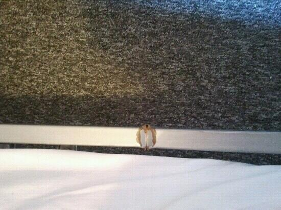 Heroes Hostel-Hotel: sharp metal on the edge of the bed!