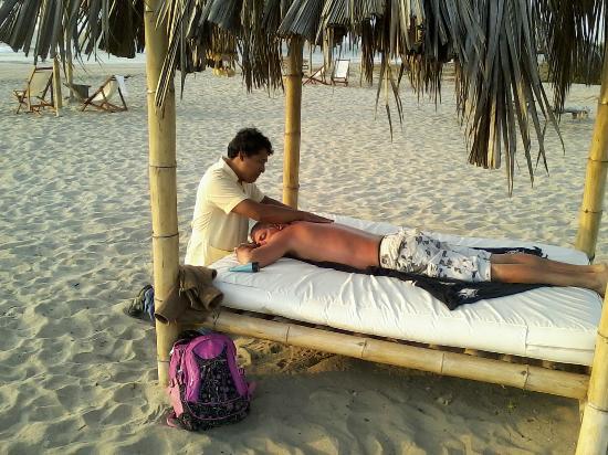 Zorritos, Peru: Este señor recibio un masaje en la playa mirando el sunset.