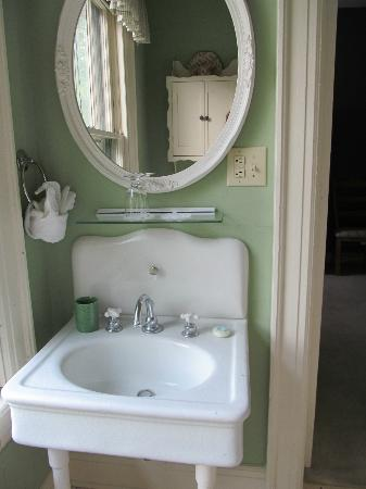 Looking Glass Inn: Sink in the Green Room (I loved the crackle finish which does not come out on this pic.)
