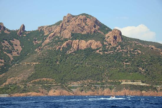 Saint-Raphael, ฝรั่งเศส: Esterel mountains pictured en route to Les Iles Lerins