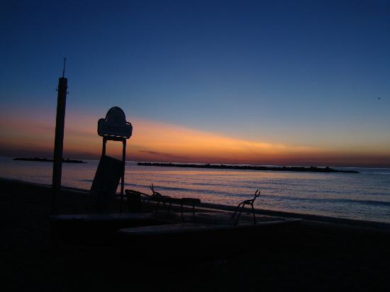 Hotel Mocambo: lever du soleil sur la plage de l'hôtel