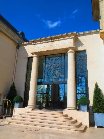 Tiara Chateau Hotel Mont Royal Chantilly: The entrance
