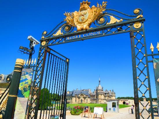 Tiara Chateau Hotel Mont Royal Chantilly: Chateau de Chantilly: the entrance