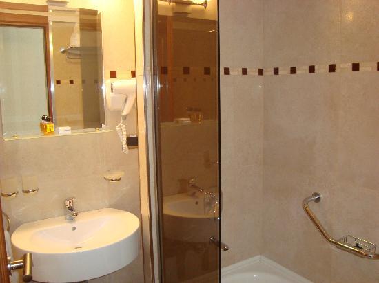 Hotel Tirol Bariloche: El baño