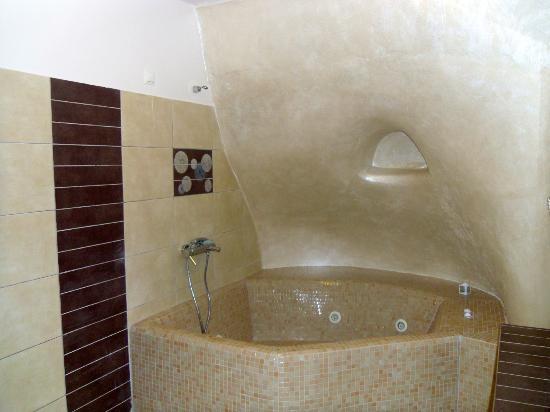 Dream Island Hotel: Lovely spacious bathroom!