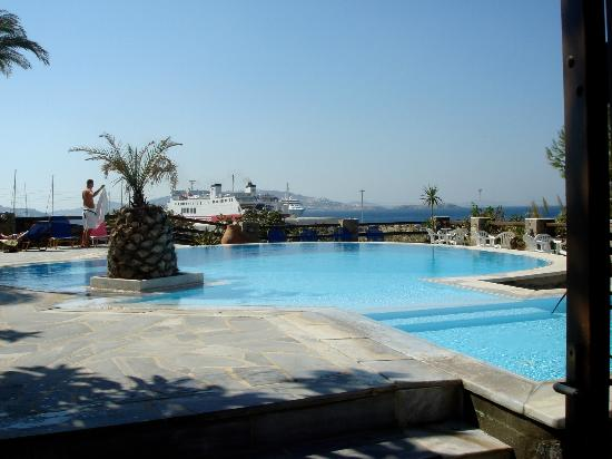 Makis Place: the hotel pool