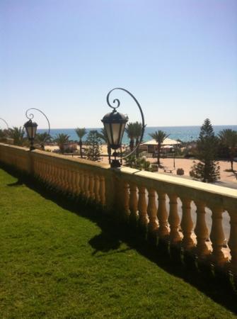 Hotel Mehari Hammamet : uitzicht vanaf zwembad naar het strand