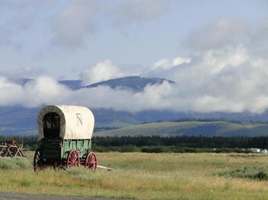 Bar-N-Ranch: Covered wagon by the lodge and restaurant.