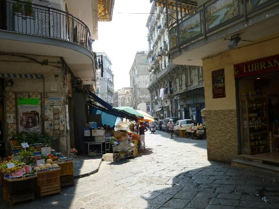 Relais Casa Vienna: The back streets of the old town in Napoli.