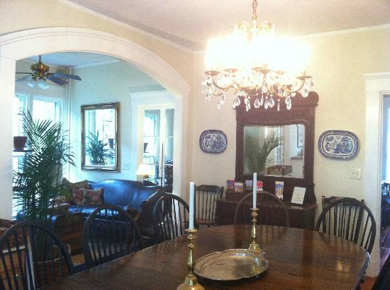 Marshall Slocum Guest House: You'll find a good breakfast here! (and a sitting area)