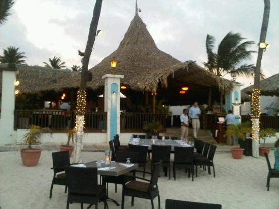 Barefoot Restaurant: The outdoor seating area, moments before sunset