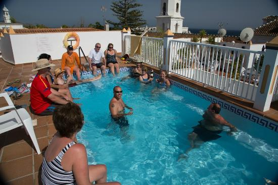 Hotel Puerta del Mar : Group enjoying pool