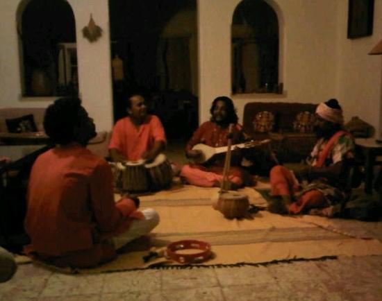 Mitali Homestays: Bengali Folk Singer Goutam Das Baul entertaining in Mitali's living room!