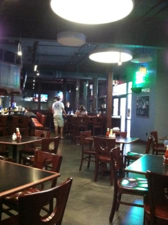 Bad Habit Sports Bar & Grill: clean and cool. Nice waitstaff.