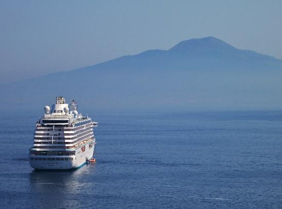 Villa Garden Hotel: Across the bay to Vesuvius