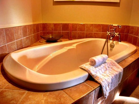 Tranquility Bay Waterfront Inn: Sunset Sweet Bath and Ensuite