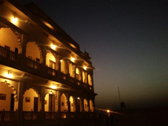 Heritage Khandwa Haveli Hotel: View of the rooms' corridor at dusk
