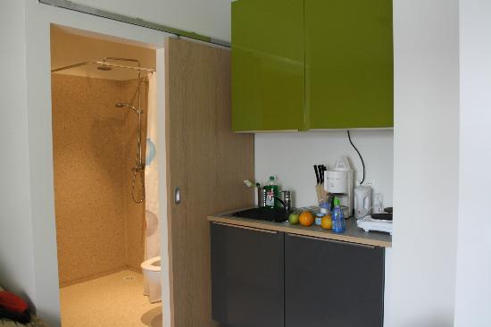 Alfred's Apartments: Badrummet och ett litet pentry fanns på rummet