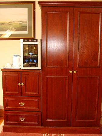 The Tides B&B: Wine refrigerator, coffee, ample storage