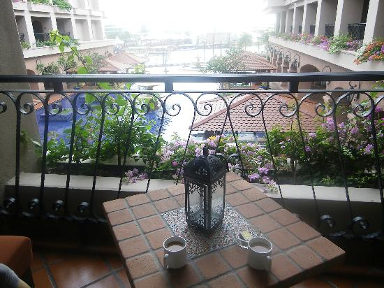 Casa del Rio Melaka: The inner pool surrounded by rooms and suites on three sides