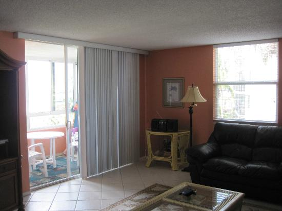Sarasota Surf and Racquet Club: Living room and access to lanai