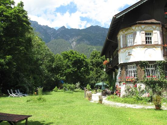 Landhaus Hohe Tannen: Hohe Tannen with garden and mountain backdrop