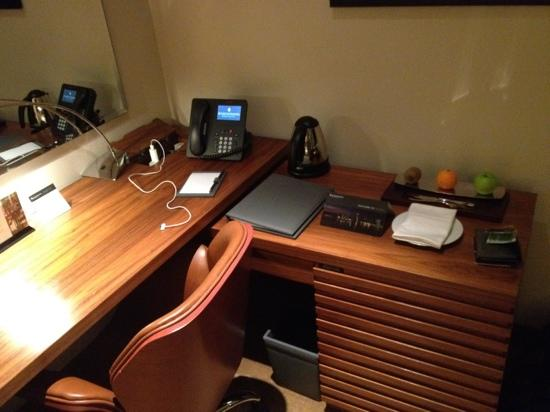 InterContinental Doha The City: desk with fruit basket