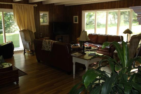 Willow Pond Bed and Breakfast: Living room area