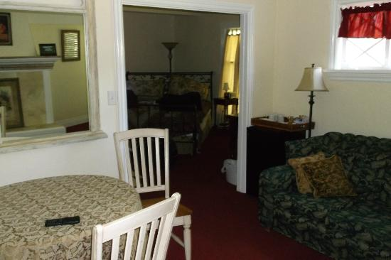 Willow Pond Bed and Breakfast: Sitting room and view of bedroom