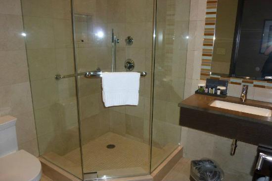 The Pearl Hotel: A nice bathroom.