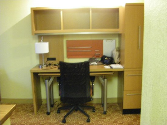 TownePlace Suites Falls Church: Computer desk/work area
