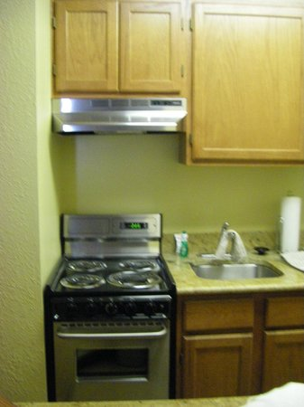 TownePlace Suites Falls Church: Kitchen with full sized appliances