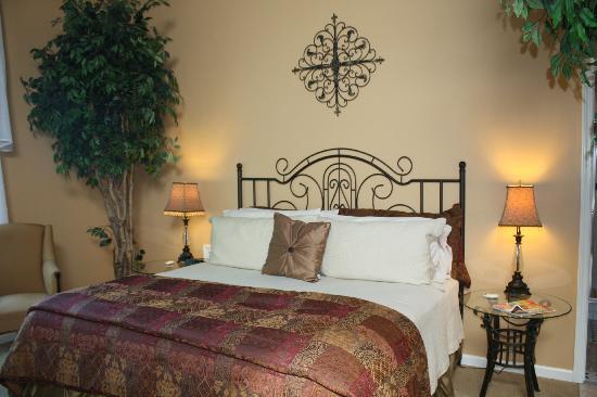 Castle in the Country Bed & Breakfast Inn: King Arthur Suite