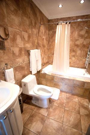 Hotel Kutuma: Junior Suite bathroom