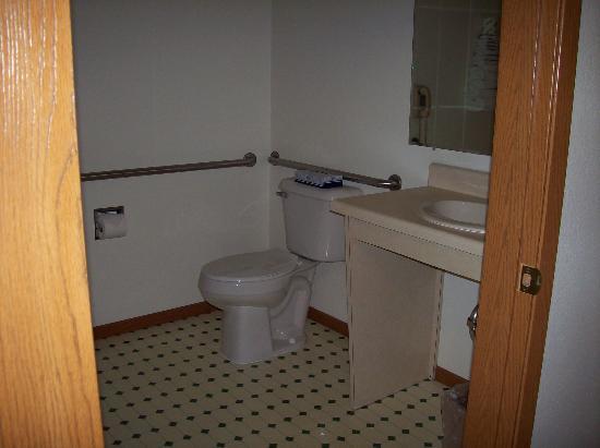 Super 8 by Wyndham Escanaba: accessible bathroom