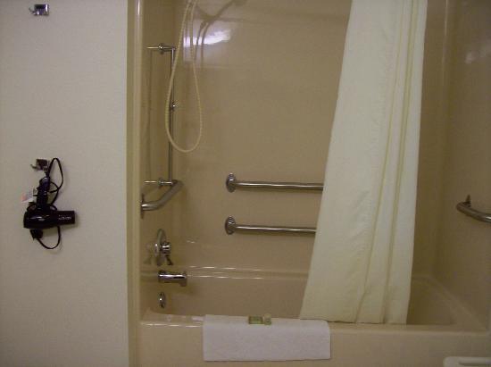 Super 8 by Wyndham Escanaba: shower