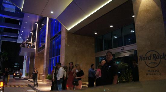Hard Rock Hotel Panama Megapolis: La entrada solo falta la alfombra roja