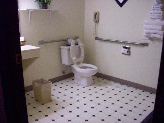 Super 8 Petoskey: Large accessible bathroom