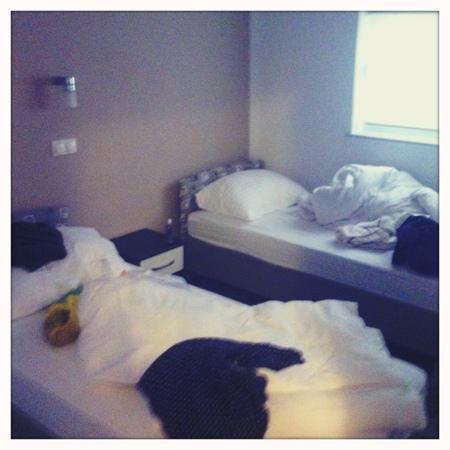 Hotel Delfin : sea view roomの二つあるベッドルームのうちの一つ。こちらはツイン。もう一部屋はダブル。