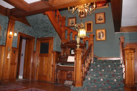 Brumder Mansion Bed and Breakfast: Grand Staircase