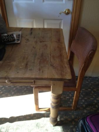 Blue Jay Lodge: Table and one chair