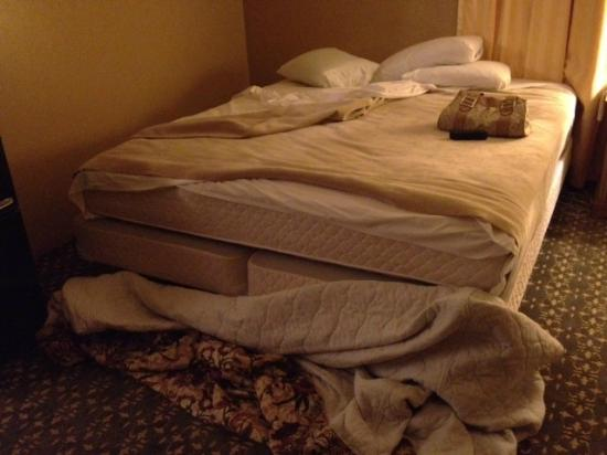 Blue Jay Lodge: Sheets didn't fit the bed