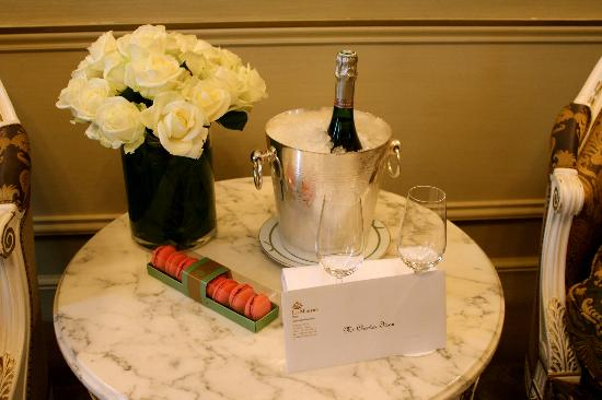 Le Meurice: Champagne and macarons upon arrival