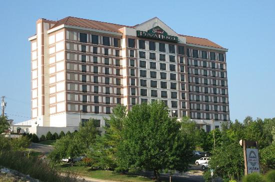 Grand Plaza Hotel Branson: View of the hotel from the street