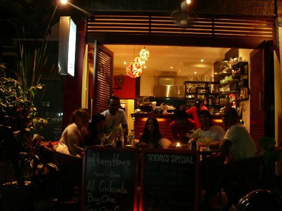 Mingle Cafe Bar: Mingle @ Night