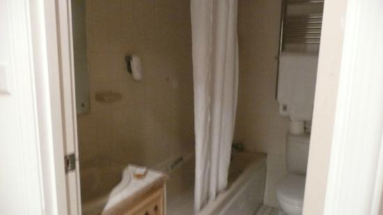 Exeter Court Hotel: Bathroom was clean
